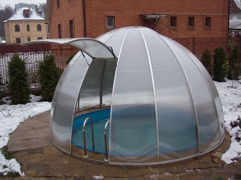 Маленький бассейн под накрытием