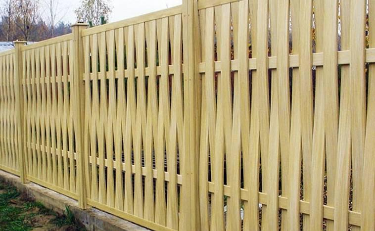 Неокрашенный забор из досок