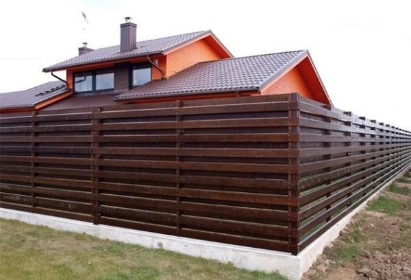 Забор из доски и бруса