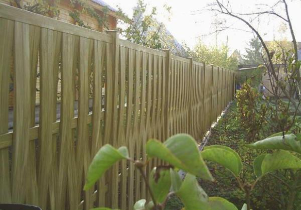 Плетеный забор из штакетника
