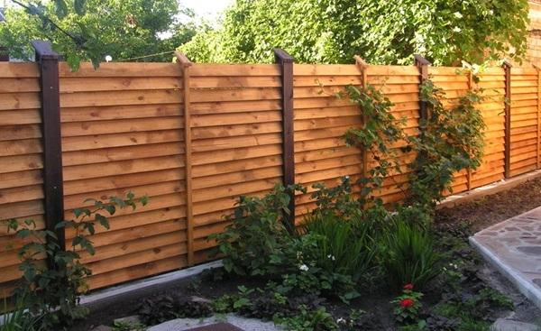 Декоративно повернутая доска на заборе