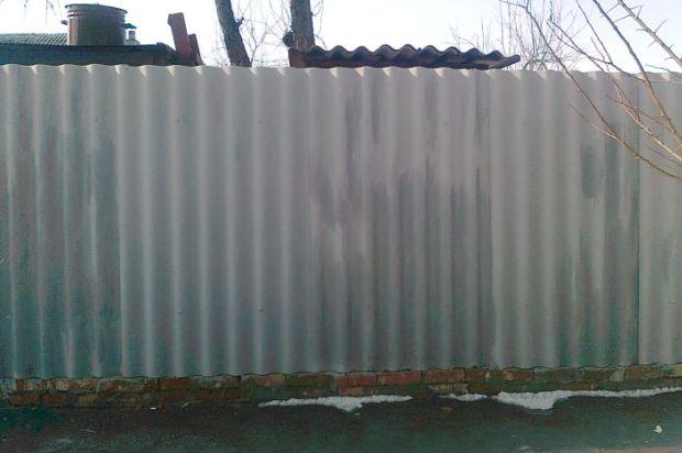 Забор из шифера возле дома