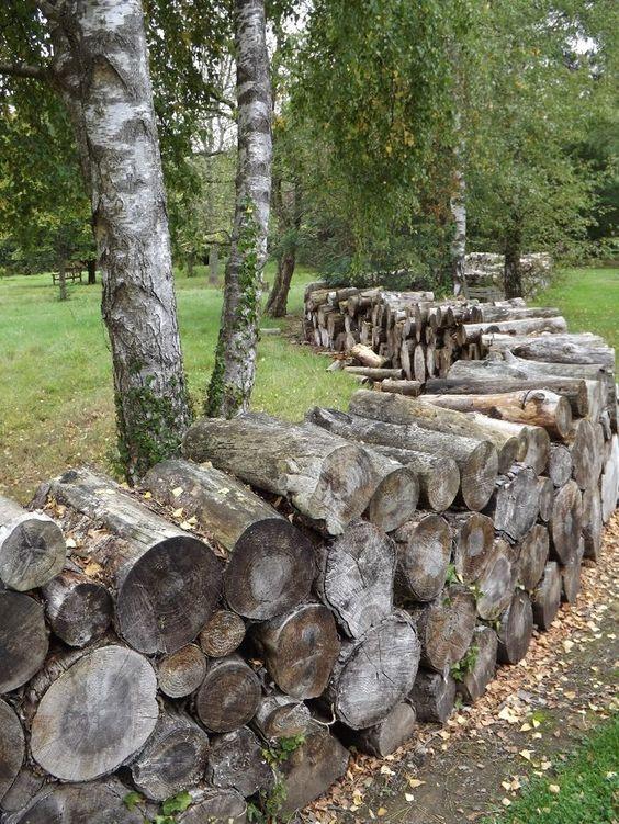 Оригинальный забор из поленьев