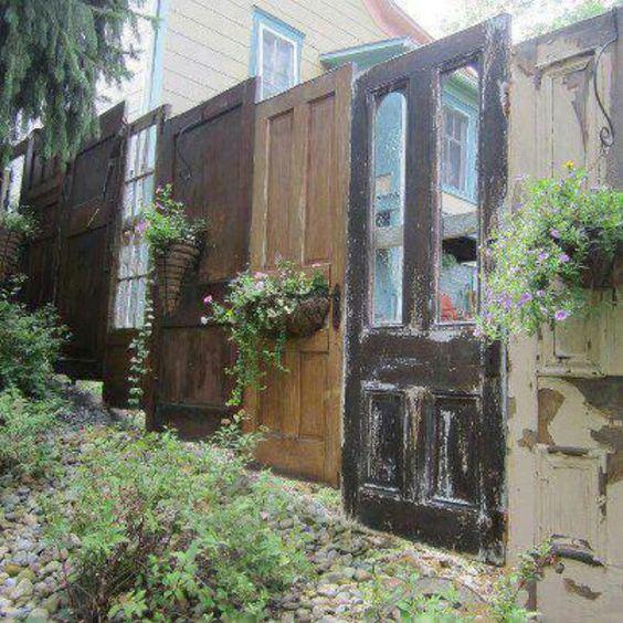 Самодельный забор из дверей
