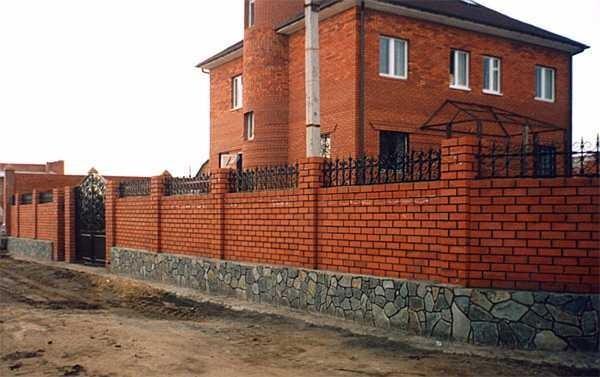 Забор из кирпича: варианты дизайна (25 фото)