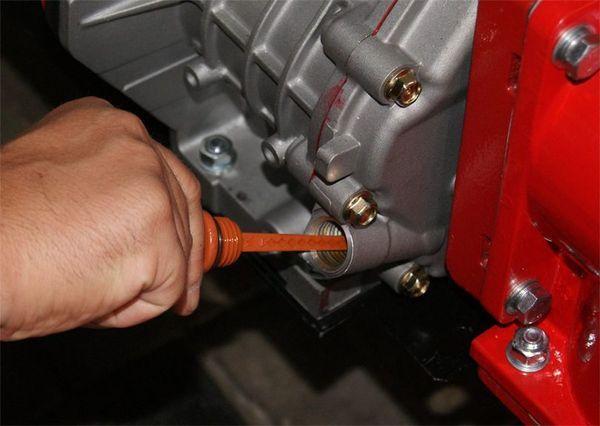 Перед запуском мотоблока обязательно необходимо проверить уровень масла и топлива