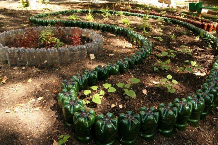 Пластиковые бутылки в саду и на городе