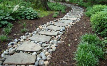 Дорожка из природного камня в саду