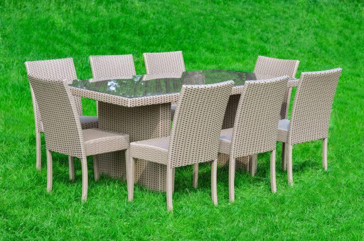 Садовая мебель на лужайке